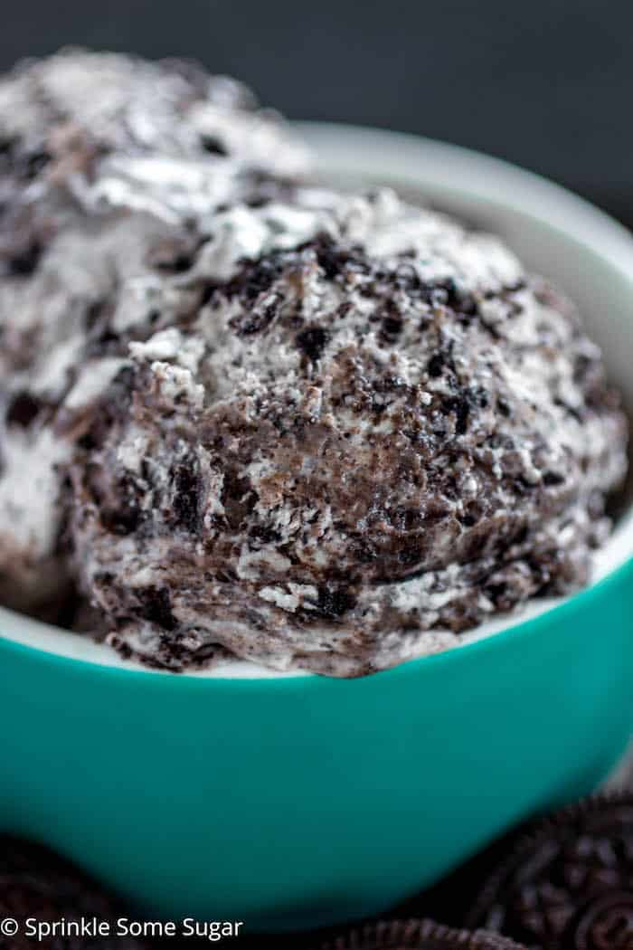 No-Churn Cookies and Cream Ice Cream - Super easy, creamy and delicious no-churn cookies and cream ice cream made without an ice cream maker!