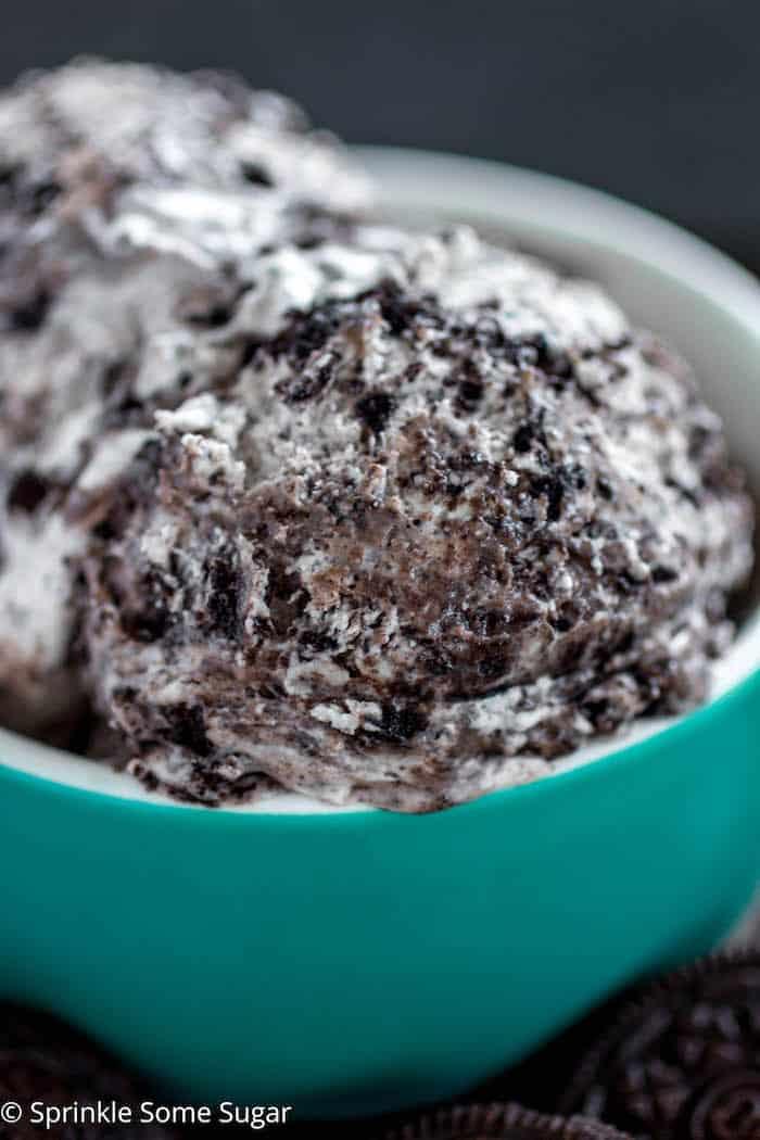 No-Churn Cookies and Cream Ice Cream - Super easy, creamy and delicious no-churn cookies and cream ice cream made without an ice cream maker!