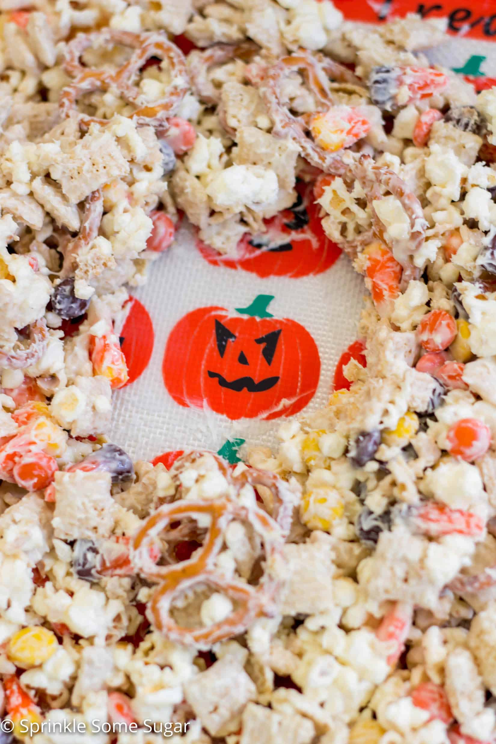 Halloween Munch - A super fun snack mix perfect for Halloween! The perfect treat for the kids to help out.