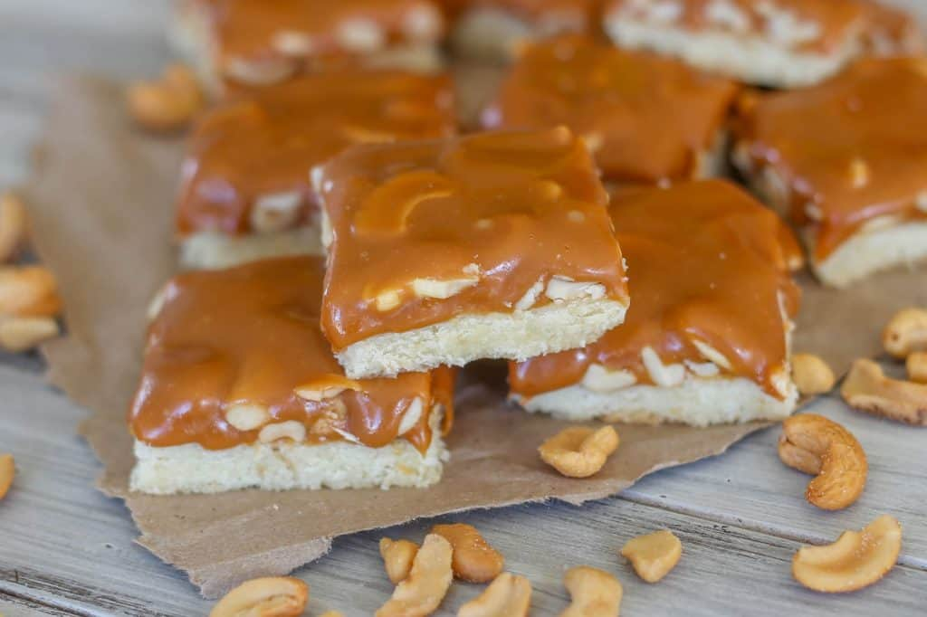 A buttery shortbread crust is topped with creamy caramel and crunchy cashews! Such a delicious combination. - Sprinkle Some Sugar